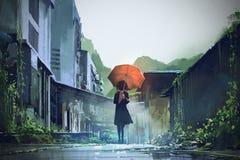 Mystisk kvinna med det orange paraplyet Arkivbild