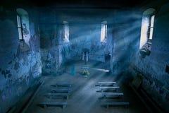 Mystisk kyrklig inre med månskenstrålar i natten fotografering för bildbyråer