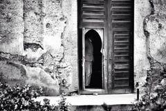 Mystisk man i den Marrakesh dörren Royaltyfria Bilder