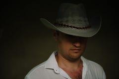 Mystisk man i en cowboyhatt Arkivbilder