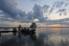 Mystisk solnedgång över sjön Arkivbild