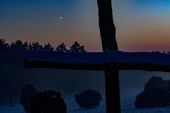 Mystisk solnedgång bak cruzifix Royaltyfri Foto