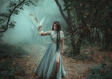 Mystisk trollkvinna med en fågel arkivfoto