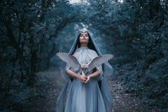 Mystisk trollkvinna med en fågel Arkivbild