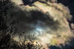 Mystiska moln på himlen på slutet av den mellersta dagen i Aguilar de Campoo arkivbild