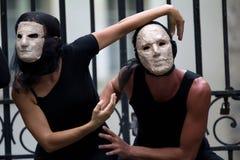 Mystiska skådespelarear som slitage maskeringar. royaltyfri foto