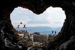 mystiskt, fascinerande och idérikt bergsbestigningbegrepp arkivfoto