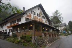 Mystiskt hus i bergen nära Alpes royaltyfri fotografi