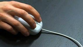 Mysz 6 Miękka ostrość ręka mężczyzna klika prawej myszy guzika Prawa ręka od prawego odgórnego widoku zdjęcie wideo