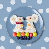 Mysz od słodkich ryż z jagodami zdjęcia royalty free