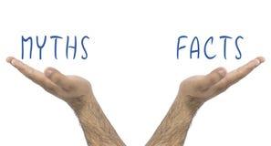 Myter och fakta Jämvikt med dem Begrepp för affärsläge Händer som rymmer i myter och fakta för en jämvikt royaltyfri fotografi