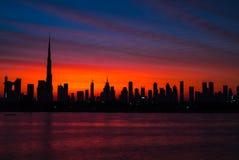 Mythische bloedige rode hemel over Doubai Dawn, ochtend, zonsopgang of schemer over Burj Khalifa Mooie gekleurde bewolkte hemel o stock afbeeldingen
