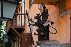 Mythische decoratie op de voorgevel van het gebouw Royalty-vrije Stock Afbeeldingen