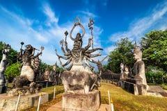 Mythologie en godsdienstige standbeelden bij Wat Xieng Khuan Buddha-park royalty-vrije stock foto