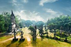 Mythologie en godsdienstige standbeelden bij Wat Xieng Khuan Buddha-park laos stock afbeelding