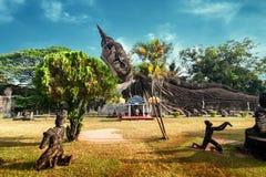 Mythologie en godsdienstige standbeelden bij Wat Xieng Khuan Buddha-park laos stock afbeeldingen