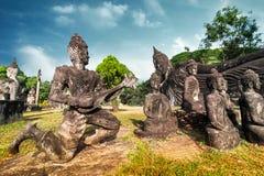Mythologie et statues religieuses au parc de Wat Xieng Khuan Buddha laos photos stock