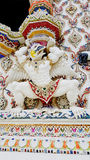 Mythologischer Affestuck der thailändischen Art unter Fenster am Tempel Stockbilder