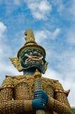 Mytisk jätte- förmyndare på Wat Phra Kaew, Bangkok royaltyfri foto