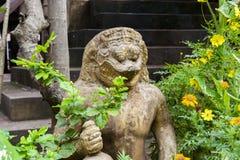 Mytisk varelse på ingången till den buddistiska templet Phra Palilai territoriet av Angkor cambodia Mars 2019 royaltyfri fotografi