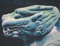 Mytiskt djurt stenskulpturhuvud royaltyfri bild