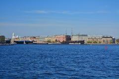 Mytninskaya和Kronwerkskaya堤防看法在圣彼德堡,俄罗斯 免版税库存图片