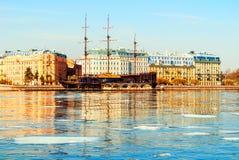 Mytninskaya invallning- och stadsbyggnader l?ngs den Neva floden i St Petersburg, Ryssland V?rstadslandskap royaltyfria foton