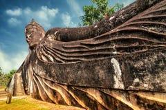 Mytologi- och klosterbroderstatyer på Wat Xieng Khuan Buddha parkerar laos Arkivbilder