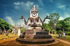 Mytologi- och klosterbroderstatyer på Wat Xieng Khuan Buddha parkerar laos Arkivfoto