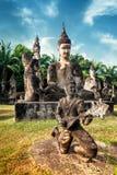 Mytologi- och klosterbroderstatyer på Wat Xieng Khuan Buddha parkerar laos Arkivbild