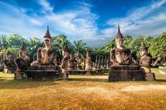 Mytologi- och klosterbroderstatyer på Wat Xieng Khuan Buddha parkerar laos Arkivfoton