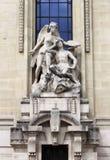 Mytological staty i fasaden av storslagna Palais av Paris Arkivbild