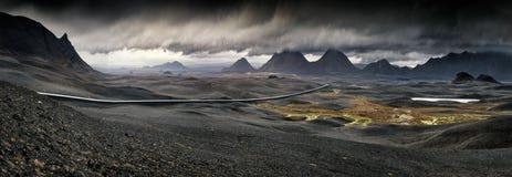Myvatn,冰岛-长的弯曲道路通过火山的风景 库存图片