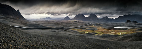 Myvatn, Ισλανδία - μακρύς δρόμος με πολλ'ες στροφές μέσω του ηφαιστειακού τοπίου Στοκ Εικόνα