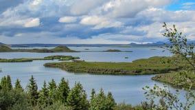 Myvatn jezioro z zielonymi pseudocraters i wyspami przy Skutustadagigar, Diamentowy okrąg w północnym Iceland, Europa fotografia stock