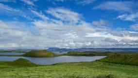 Myvatn See mit grünen pseudocraters und Inseln bei Skutustadagigar, Diamond Circle, in Nord-Island, Europa stockfotos