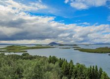 Myvatn See mit grünen pseudocraters und Inseln bei Skutustadagigar, Diamond Circle, in Nord-Island, Europa lizenzfreie stockfotografie