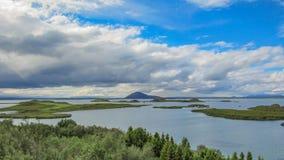 Myvatn sjö med gröna pseudocraters och öar på Skutustadagigar, Diamond Circle, i nordliga Island, Europa royaltyfria foton