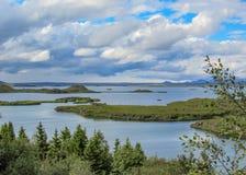 Myvatn sjö med gröna pseudocraters och öar på Skutustadagigar, Diamond Circle, i nordliga Island, Europa royaltyfri foto