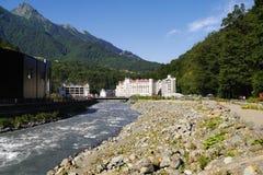 Mzymta flod- och hotellbyggnader i Rosa Khutor, Ryssland royaltyfri fotografi