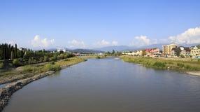 Mzymta-Fluss in Adler. Lizenzfreies Stockfoto