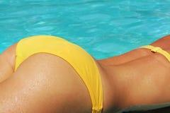 Nádegas fêmeas no biquini amarelo Fotos de Stock Royalty Free