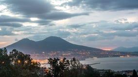 Nápoles con el monte Vesubio en la salida del sol