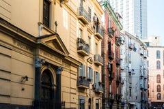 NÁPOLES, ITÁLIA - 16 de janeiro de 2016: Opinião da rua da cidade velha no Na Fotos de Stock Royalty Free