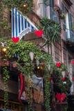 NÁPOLES, ITÁLIA - 4 de novembro de 2018 Decoração da rua para o dia de Valentim foto de stock royalty free