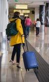 NÁPOLES, ITÁLIA - 3 de novembro de 2018 Passageiros no aeroport internacional de Nápoles fotografia de stock royalty free