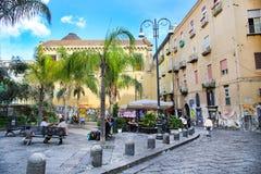 NÁPOLES, ITÁLIA - 9 de outubro de 2016: Opinião ensolarada da rua de Nápoles Italy, Europa Imagem de Stock