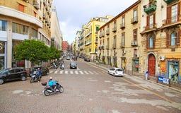 NÁPOLES, ITÁLIA - 9 de outubro de 2016: Opinião ensolarada da rua de Nápoles Italy, Europa Fotografia de Stock Royalty Free