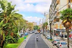 NÁPOLES, ITÁLIA - 9 de outubro de 2016: Opinião ensolarada da rua de Nápoles Italy, Europa Imagem de Stock Royalty Free