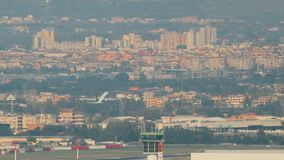 Nápoles, Itália - 17 de outubro de 2018: Plano do avião do plano barato irlandês dos aviões de passageiro de Ryanair da linh video estoque